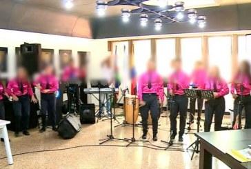 Jóvenes reclusos se resocializan actuando con su orquesta 'Esencia Pura'