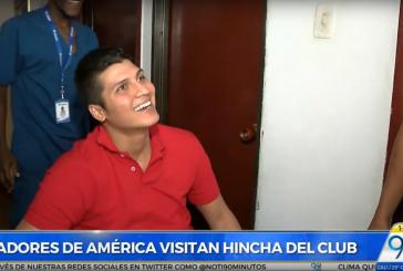 Jugadores del América de Cali visitaron a hincha en condición de discapacidad