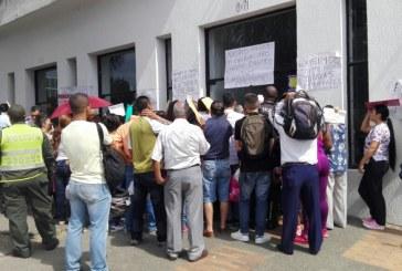 Empleados de IPS que cerró en Cali denuncian que les deben cuatro meses de sueldo