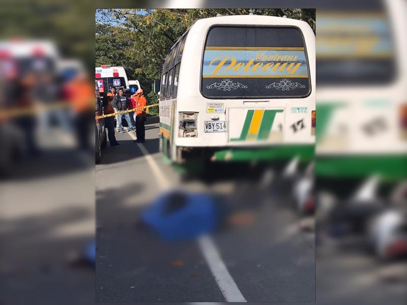 Dos muertos por accidente en vía Buga-Guacarí:motociclistas chocaron contra microbús