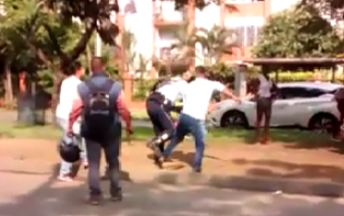 Polémico video en que hombre agrede a agente de tránsito en Cali