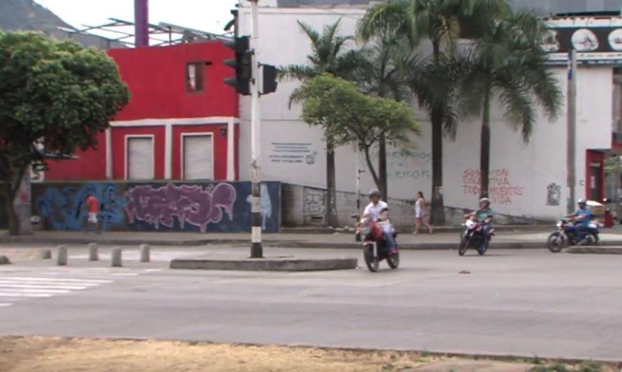 Denuncian que motociclistas en Cali siguen invadiendo los carriles exclusivos del Mío