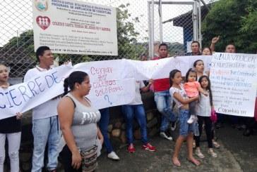 Padres en Alto Nápoles protestaron por cierre del colegio de sus hijos