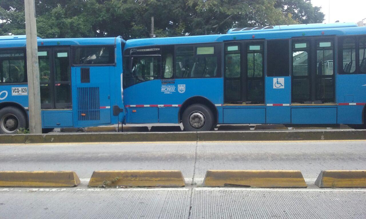 Dos personas heridas dejó accidente de dos buses del Mío en la Calle Quinta