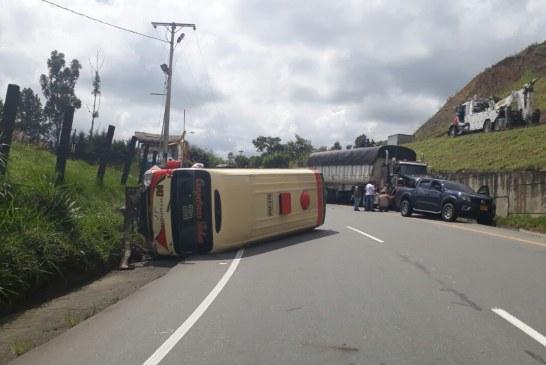 Tractocamión perdió los frenos y arrasó con 7 vehículos en vía Buga-Buenaventura