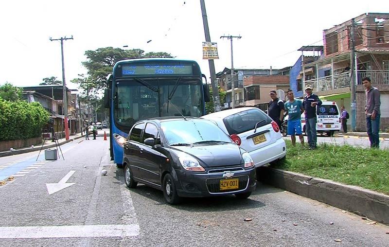 Conductor provocó choque múltiple por omitir semáforo en rojo al oriente de Cali