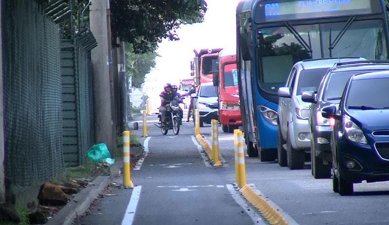 Ciclistas caleños denuncian que motos y carros se apoderaron de los bicicarriles