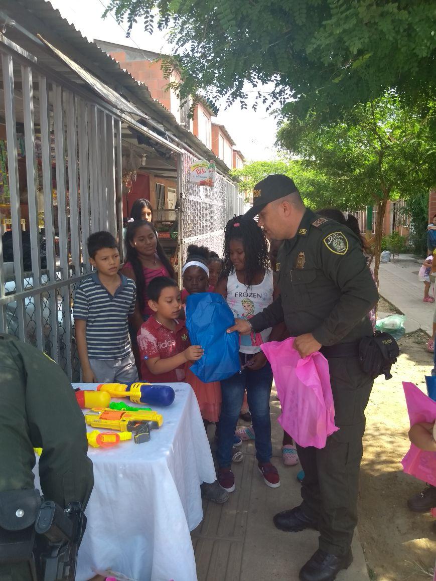 Con entrega de kits escolares, Policía busca reducir deserción escolar en el Valle