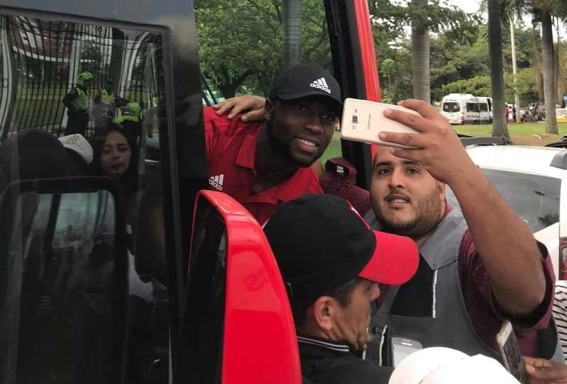 América llegó a Bogotá para jugar la Copa Fox y así fueron recibidos por la hinchada
