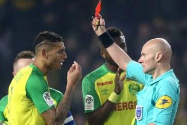 Suspenden a árbitro que le dio una patada a un jugador en partido Nantes-PSG