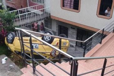 Un taxista se volcó y cayó a zona residencial en el barrio San Cayetano