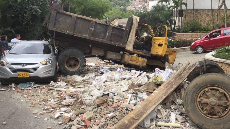 Aparatoso accidente entre volqueta con escombros y camioneta en el oeste de Cali