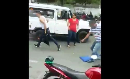 A cuchillo se enfrentaron ocupantes de guala y ambulancia en vía pública