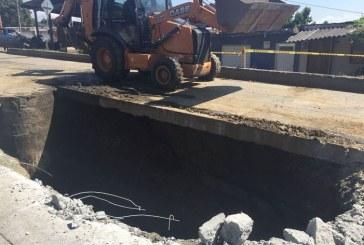 Alerta por enorme hueco de 4 metros de profundidad que apareció en vía Cali – Yumbo