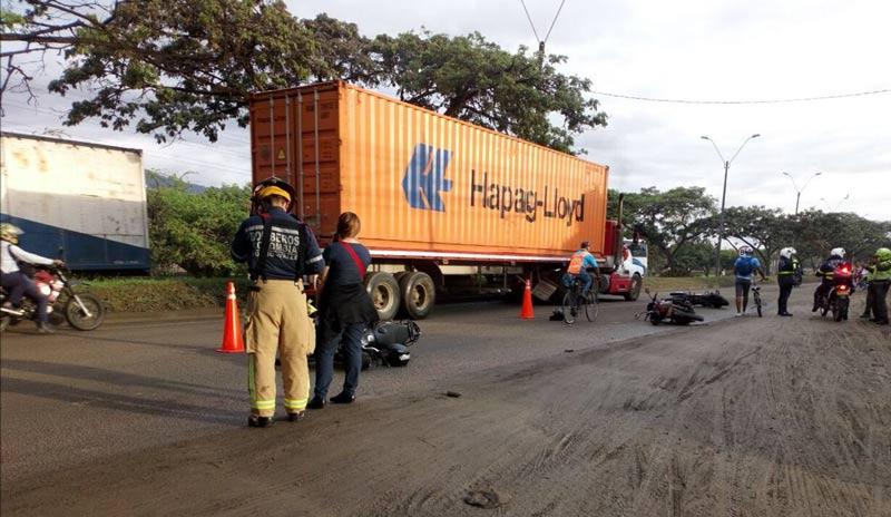Aparatoso accidente de tránsito en vía Cali – Yumbo dejó tres motociclistas heridos
