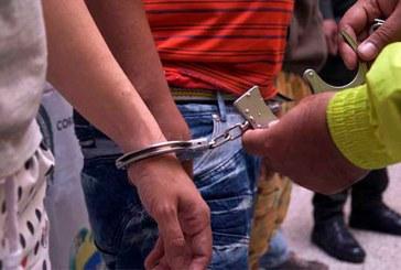 Queman la moto de ladrón que, utilizando un menor, buscaban robar una mujer