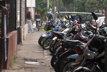 Sigue problemática por carros y motos mal parqueados en espacio público en Cali