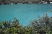 Llanganuco: espejo de agua color verde esmeralda en los andes peruanos