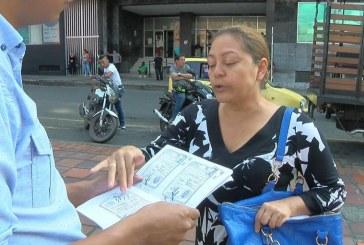 Mujer denuncia que supuestos funcionarios de la Alcaldía le robaron 100 millones