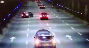 Aparatoso accidente causó un carro estacionado en el túnel Mundialista