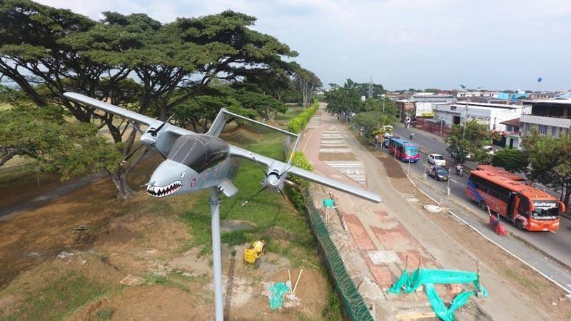 Histórico avión de la Fuerza Aérea Colombiana fue instalado sobre Corredor Verde en Cali