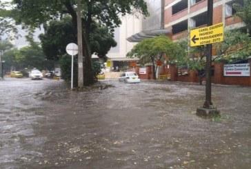 Inundaciones en vías de Chipichape dejaron fuertes lluvias en la tarde de este viernes