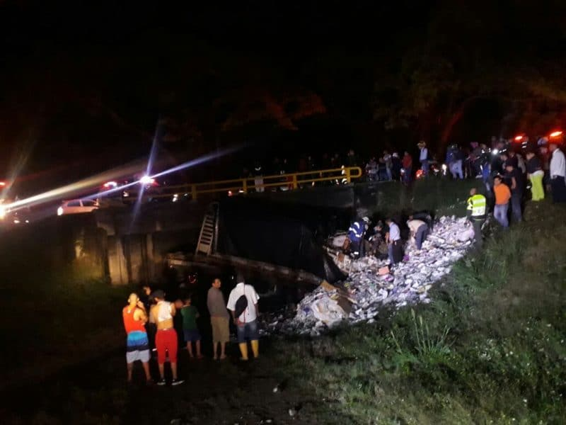 Hombre murió tras quedar atrapado en camión que se volcó en recta Cali-Palmira