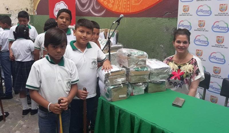 Estudiantes víctimas del conflicto armado recibieron uniformes escolares en Cali