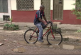 """Ciclista que cayó en hueco denuncia que ambulancia lo dejó """"tirado"""" después de ser atentido"""