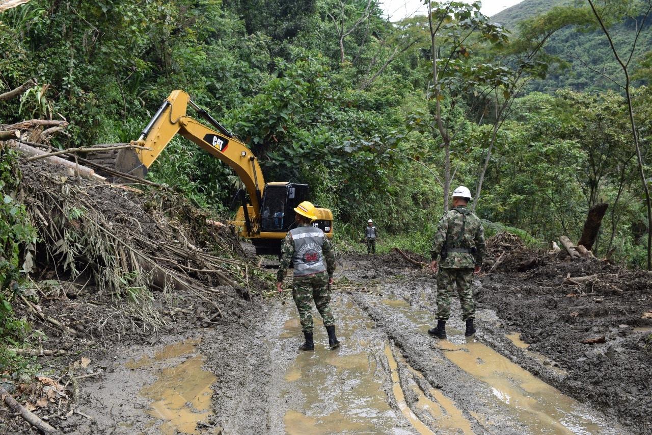 Con apoyo del Ejército, buscan remover derrumbes en vías rurales del Valle