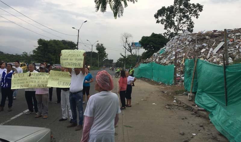 Habitantes de Comuna 16 exigen solución definitiva al problema de escombrera de la 50