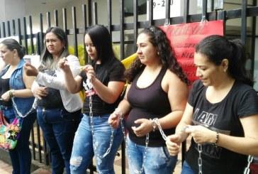 Madres de niños con enfermedades huérfanas se encadenan en sede de Coomeva en Cali