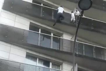 Video: joven africano rescata a niño de 4 años que colgaba de un balcón en Francia