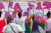 Durante la jornada 'Paz al Barrio', jóvenes llenaron de color y esperanza un mural en Charco Azul