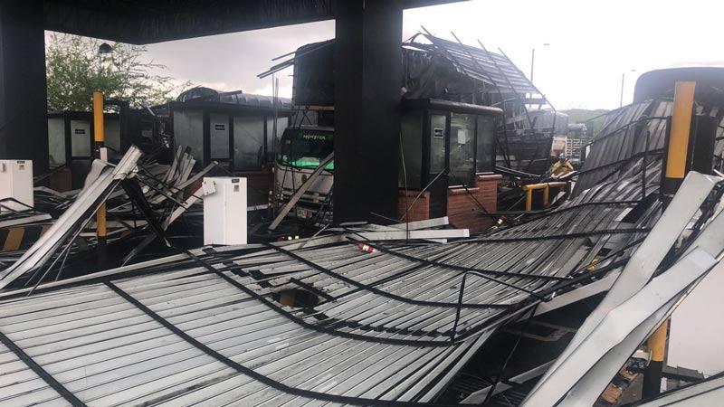 Aguacero con fuertes vientos de este viernes tumbaron techo de peaje El Cerrito