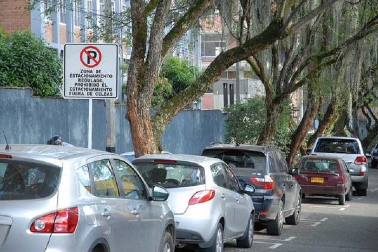 Cuánto podrían pagar carros y motos de Cali por parquear en vía pública de la ciudad