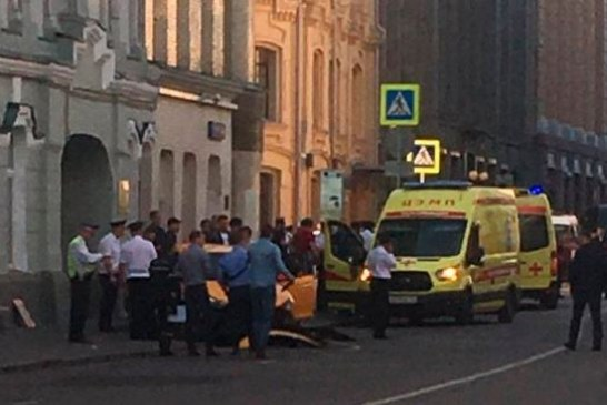 Video: Hombre atropella a varios hinchas en Moscú y huye