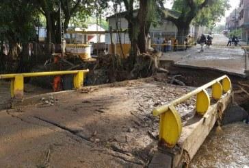 Ordenan cerrar puente tras graves daños causados por creciente del río Aguacatal
