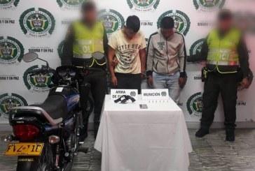 Capturan en flagrancia a dos hombres luego de atracar a una mujer en Buga, Valle