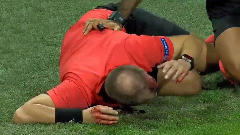 Impresionante agresión contra arbitro de la Europa League en pleno partido