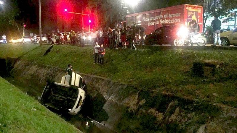 Vehículo cayó a canal de aguas en el sur de Cali, dos personas resultaron heridas