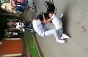 Rechazan video viral de estudiantes que se golpean afuera de colegio en Caicedonia
