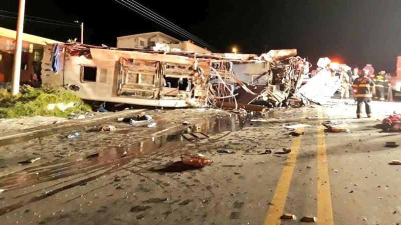 Remueven a autoridades de tránsito en Ecuador tras accidente de bus colombiano