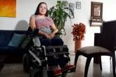 Mujer en silla de ruedas denuncia que su exesposo la golpea a ella y a su hija