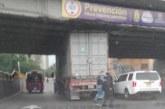 Congestión vial en oeste de Cali por tractocamión atorado bajo puente vehicular