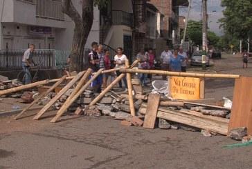 Habitantes del barrio Chapinero de Cali cierran calle para protestar por su pésimo estado