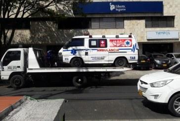 Detienen a agentes de tránsito que impidieron inmovilizar ambulancia de su propiedad