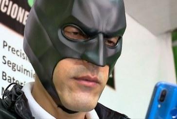 Disfrazado de Batman, hombre ofrece servicio de recuperación de vehículos en Cali