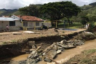 Autoridades adelantan atención a familias afectadas en El Dovio por inundaciones