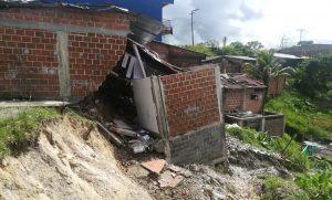 Buenaventura: cinco viviendas arrasadas por derrumbe